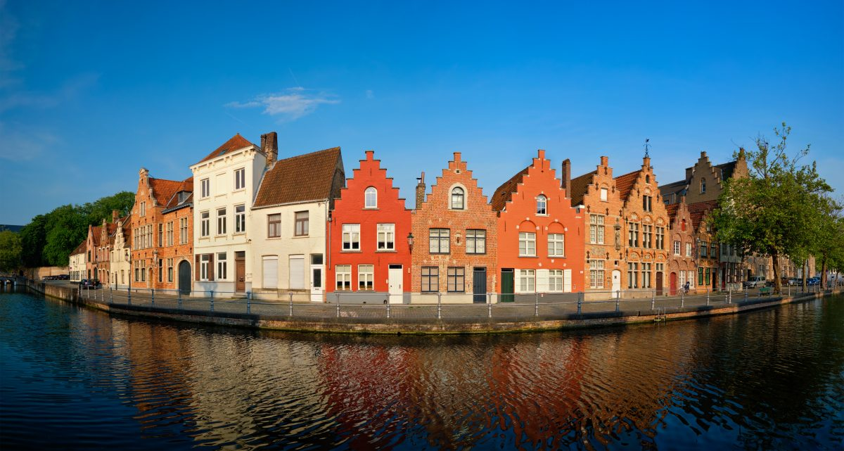 canal-and-old-houses-bruges-brugge-belgium-LSMUXKR-1200x641.jpg