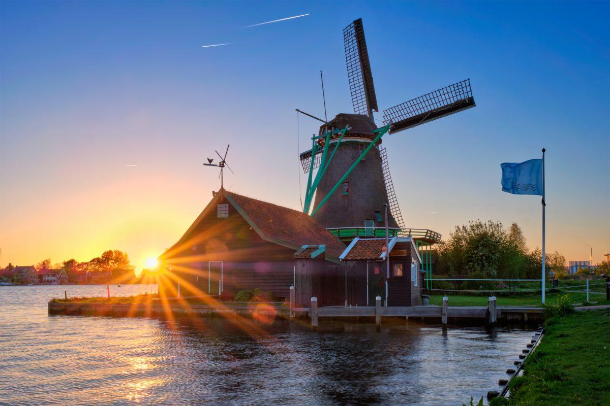 windmills-at-zaanse-schans-in-holland-on-sunset-7TU253P-1200x800.jpg